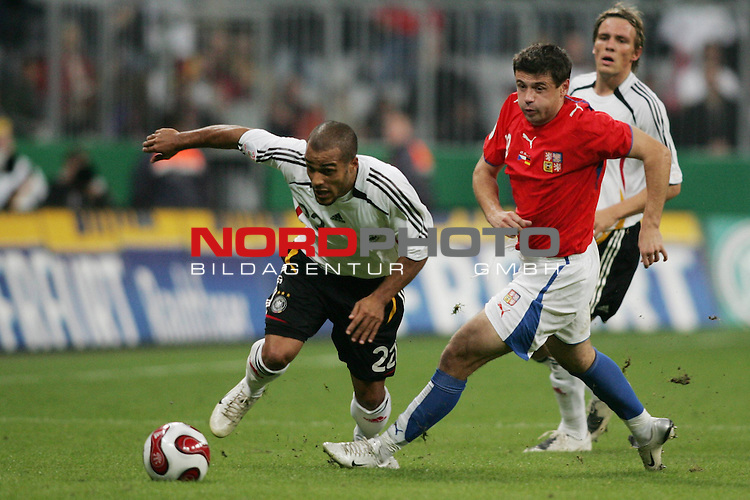 Qualifikation EM 2007 Gruppe: D - Deutschland (GER) vs. Tschechien (CZ). <br /> <br /> David Odonkor (Deutschland #22) gegen Marek Kulic (Tschechien #18).<br /> <br /> <br /> Foto &copy; nph (  nordphoto  )<br /> <br /> <br /> <br />  *** Local Caption ***