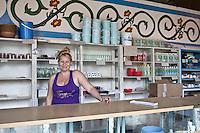 L'Avana, negozio, commessa sorride