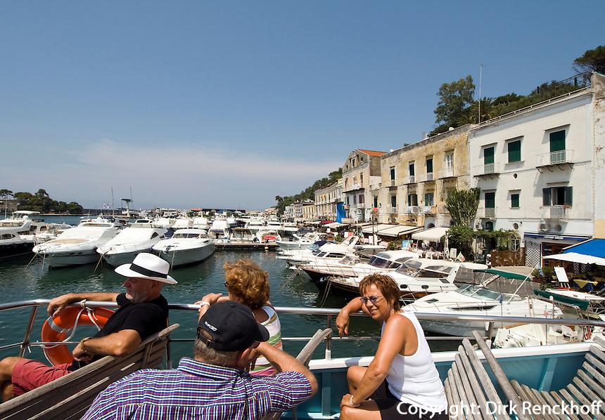 Italien, Ischia, Straße Rive Droite am Hafen von Porto, Ausfllugsboot