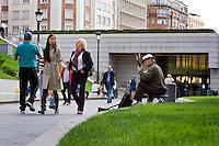 Gente a passeggio nei giardini del Museo del Prado a Madrid