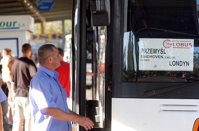Auswanderung aus Polen nach England<br /> Immer mehr Polen emigrieren nach England, um den politischen, gesellschaftlichen und wirtschaftlichen Verhaeltnissen in Polen zu entfliehen. Viele von ihnen wollen in England eine neue Existenz aufbauen.<br /> Hier einer von mehreren dutzend Bussen am Busbahnhof von Wroclaw/Breslau, die taeglich nach England fahren.<br /> Bus for emigrants from Poland to London at the central bus station of Wroclaw.<br /> 17.7.2006, Wroclaw/Poland<br /> Copyright: Christian-Ditsch.de<br /> [Inhaltsveraendernde Manipulation des Fotos nur nach ausdruecklicher Genehmigung des Fotografen. Vereinbarungen ueber Abtretung von Persoenlichkeitsrechten/Model Release der abgebildeten Person/Personen liegen nicht vor. NO MODEL RELEASE! Nur fuer Redaktionelle Zwecke. Don't publish without copyright Christian-Ditsch.de, Veroeffentlichung nur mit Fotografennennung, sowie gegen Honorar, MwSt. und Beleg. Konto: I N G - D i B a, IBAN DE58500105175400192269, BIC INGDDEFFXXX, Kontakt: post@christian-ditsch.de<br /> Bei der Bearbeitung der Dateiinformationen darf die Urheberkennzeichnung in den EXIF- und  IPTC-Daten nicht entfernt werden, diese sind in digitalen Medien nach &sect;95c UrhG rechtlich geschuetzt. Der Urhebervermerk wird gemaess &sect;13 UrhG verlangt.]