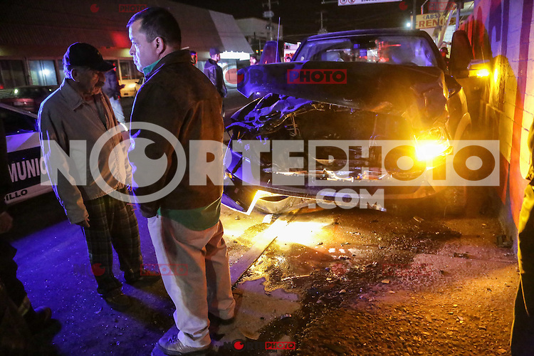 A person traveling from passenger died inside a car Chevy while his passenger was injured after crashing into a truck in the Doge intersection of Reforma and streets in the city of Nogales Hermoisllo. Mexican cities in auto accidents are increasing by the pre-Christmas posadas.<br /> Photo: Luis Gutierrez /NortePhoto.com