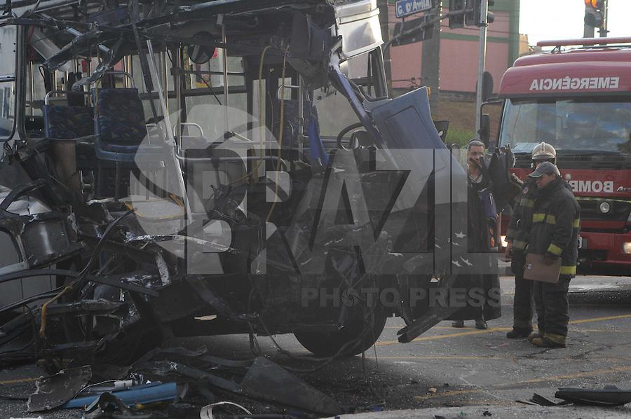 SAO PAULO, SP, 19 MARCO DE 2012 -Acidente com dois Onibus na Av Cupce com Gabriel D Avila sentido ABC com uma Vitima em estado Grave.. (FOTO: ADRIANO LIMA - BRAZIL PHOTO PRESS)