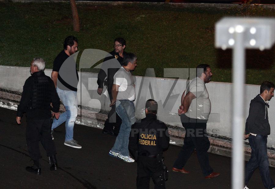 CURITIBA, PR, 22.03.2016: LAVA-JATO –  Presos da 26ª Fase da operação Lava-Jato, chegam na sede da Policia Federal em Curitiba (PR) na noite desta terça-feira (22). (Foto: Paulo Lisboa/Brazil
