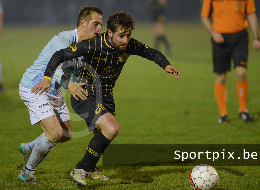 SKV Zwevezele - KVC Wingene : Bart Syx (r) aan de bal voor Nico Vandendriessche (links)<br /> Foto David Catry | VDB | Bart Vandenbroucke