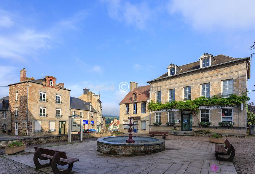 France, Calvados (14), Clécy, la place du centre-ville // France, Calvados, Clecy, downtown square