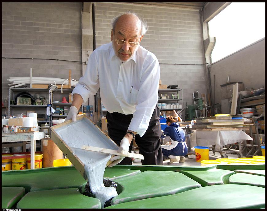 Gaetano Pesce realizza l'opera 'Palladio da Padova' nel laboratorio di modellatori COMOR di Cesare Luparia, a Carignano (TO). Operazioni di colatura della resina nello stampo.