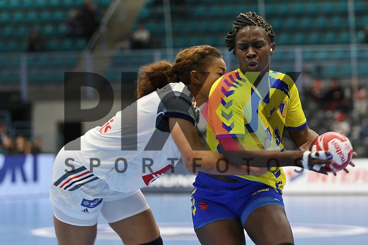 Kolding (DK), 10.12.15, Sport, Handball, 22th Women's Handball World Championship, Vorrunde, Gruppe C, Frankreich-DR Kongo :  Nina Njtam Kamto (Frankreich, #04), Grace Shokkos Songa (DR Kongo, #03)<br /> <br /> Foto &copy; PIX-Sportfotos *** Foto ist honorarpflichtig! *** Auf Anfrage in hoeherer Qualitaet/Aufloesung. Belegexemplar erbeten. Veroeffentlichung ausschliesslich fuer journalistisch-publizistische Zwecke. For editorial use only.