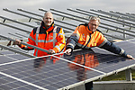 Foto: VidiPhoto<br /> <br /> GELDERMALSEN - Op de oude afvalberg bij Avri in Geldermalsen langs de A15 wordt op dit moment gewerkt aan een voor ons land uniek energieproject. Behalve dat er op een terrein van 20 ha. en een berg van 3 miljoen kuub afval met bijna 35.000 panelen het grootste zonnepark van Gelderland verrijst, komen er na de oplevering in maart ook nog eens drie enorme windmolens en een biogasfabriek. Een van de molens wordt tussen de panelen geplaatst. Bovendien werken er via diverse Europese onderaannemers ook nog eens acht verschillende nationaliteiten aan het zonnepark. Het project, waarvan alleen de zonnepanelen al 10, 3 miljoen euro kosten, begint vanaf februari al de eerste stroom (9 miljoen kw/u per jaar) te leveren voor uiteindelijk 3000 gezinnen. Door een tekort aan zonnepanelen op de Europese markt heeft de megaklus een half jaar vertraging opgelopen. Het park wordt aangelegd door de Nederlands-Duitse bouwcombinatie Solarfields/ib Vogt, in opdracht van Avri Solar BV. De Rijksoverheid subsidieert een substantieel deel van het project. Foto: Directeur Erik de Vries van Avri (l) en project-manager ing. Kees Mijdam.