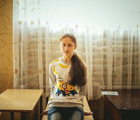 """Die 15-Jährige Schülerin  Lisa  """"Werden sie heute wieder schießen?"""" / Schule von Marinka im Donbass im ukrainisch kontrollierten Teil, 1,5 km von der Frontlinie. Die Schule wurde mehrmals beschossen. Seit dem Schulanfang am 01. September soll eigentlich eine Waffenruhe herrschen. Von ehemals 350 Kindern sind nur noch 160 an der Schule."""