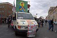 ROMA 23 APRILE 2005.MANIFESTAZIONE DI STUDENTI PRECARI DISOCCUPATI IN PREPARAZIONE DEL MAY DAY DEL 1 MAGGIO A MILANO,PER CHIEDERE IL BIGLIETTO DEL TRENO PER MILANO AD  1 EURO.FOTO SIMONA GRANATI