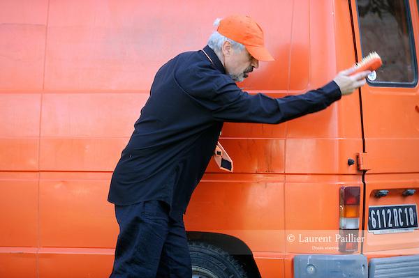 Le camion orange<br /> Par Hi.O.Bla et Fr&eacute;d&eacute;ric Forte, dans le cadre des Journ&eacute;es du Patrimoine.<br /> Georges Andr&egrave;s : xylophone, m&eacute;lodica, claviers oulipiens<br /> Michel Barbier : trombone, tuba, ophicl&eacute;ide, tuyauterie &eacute;olienne<br /> Patrick &laquo; Ludwin &raquo; Bernatene : percussion, batterie &agrave; l'orange, pyrotechnie<br /> Fr&eacute;d&eacute;ric Forte : auteur oulipien<br /> V&eacute;ronique Chabarot : conseil sc&eacute;nique.<br /> Le 15/09/2012<br /> Parc de Rentilly<br /> &copy; Laurent Paillier / photosdedanse.com