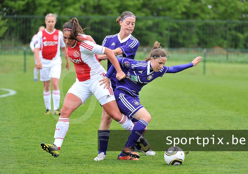 RSC Anderlecht Dames - Ajax Amsterdam : duel tussen Cynthia Browaeys (midden) , Babiche Roof en Taika De Koker (rechts).foto DAVID CATRY / Nikonpro.be