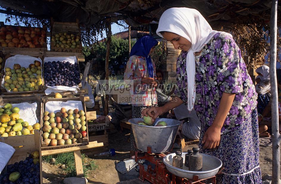 Europe/Turquie/Karkutelli : Marchande de fruits, pommes, prunes, pêches et poires