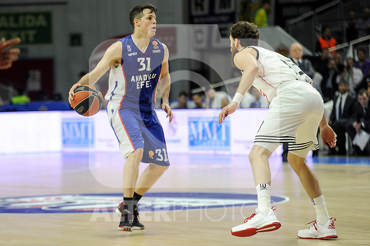 Real Madrid´s Sergio Rodriguez and Anadolu Efes´s Thomas Heurtel during 2014-15 Euroleague Basketball Playoffs match between Real Madrid and Anadolu Efes at Palacio de los Deportes stadium in Madrid, Spain. April 15, 2015. (ALTERPHOTOS/Luis Fernandez)