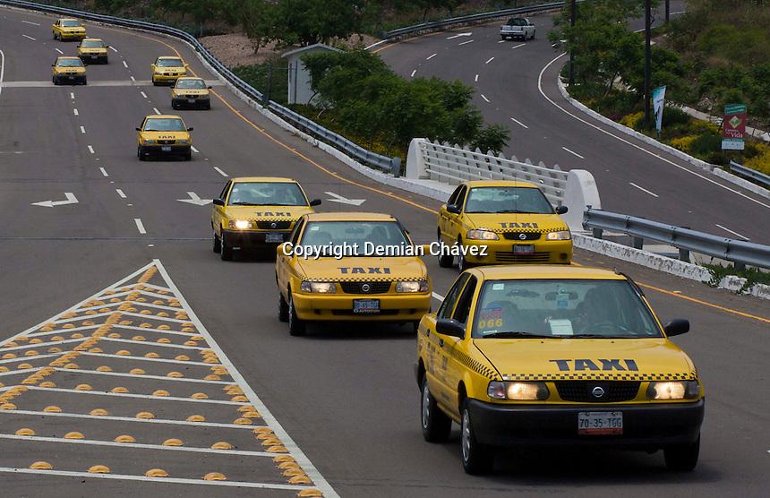Quer&eacute;taro, Qro. 27 de mayo de 2014.- Esta ma&ntilde;ana se dio el banderizo de salida a 500 taxis ecol&oacute;gicos. Esta conversi&oacute;n de gasolina a gas natural tiene el objetivo de reducir la emisi&oacute;n de contaminantes en la entidad, promover un estado ecol&oacute;gico y brindar una mejor calidad de vida a los queretanos, de acuerdo a los transportistas.<br /> <br /> Foto: Demian Ch&aacute;vez / Obture Press Agency.
