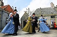 Enkhuizen.  Klederdrachtfestival in het Zuiderzeemuseum. Dansgroep uit Hoogwoud
