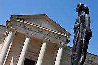 Europe/Europe/France/Midi-Pyrénées/46/Lot/Cahors: Statue Square de Verdun, boulevard Gambetta et le Palais de  Justice