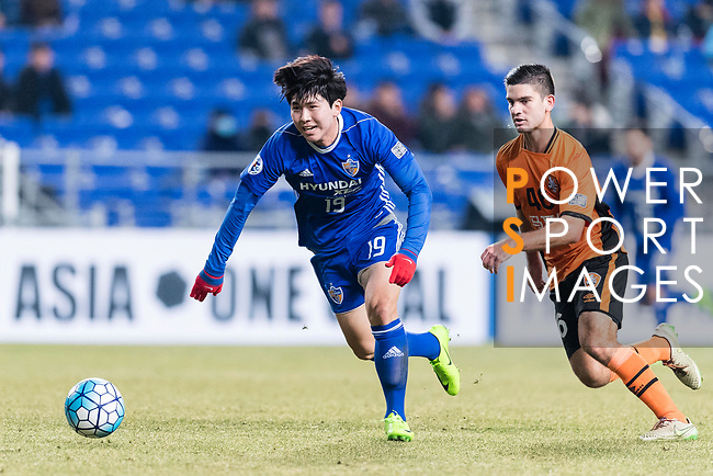 Ulsan Hyundai Forward Kim Seungjun (L) in action during the AFC Champions League 2017 Group E match between Ulsan Hyundai FC (KOR) vs Brisbane Roar (AUS) at the Ulsan Munsu Football Stadium on 28 February 2017 in Ulsan, South Korea. Photo by Victor Fraile / Power Sport Images