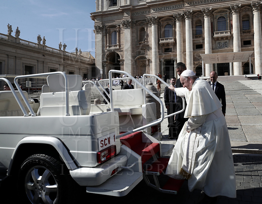 Papa Francesco lascia Piazza San Pietro al termine dell'udienza generale del mercoledi'. Citta' del Vaticano, 10 ottobre 2018.<br /> Pope Francis leaves at the end of his weekly general audience in St. Peter's Square at the Vatican, on October 10, 2018.<br /> UPDATE IMAGES PRESS/Isabella Bonotto<br /> <br /> STRICTLY ONLY FOR EDITORIAL USE