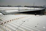 DELFT - In Delft werken medewerkers van Heembouw aan het nieuwe bedrijfspand van Bandgridge Europe. Het bedrijfspand van firma die gespecialiseerd is in accessoires voor multimedia, audio en video, komt te staan op het internationaal kennispark Technopolis, tussen Den Haag en Rotterdam langs de snelweg A13. Medewerkers van het bedrijf kunnen in de toekomst niet hun auto droog in een parkeergarage plaatsen, maar uit het zicht van de snelweg, via een toerit naast het pand, het dak op rijden. COPYRIGHT TON BORSBOOM