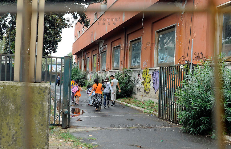 Roma, 24 Settembre 2010.Via Salaria, Centro di prima accoglienza dove vengono ospitati i pochi Rom sgombrati in questi giorni che accettano la sistemazione temporanea nella struttura..Centri sociali ,associazioni e rom fanno un blitz nella  struttura..Il clandestino Day e' promosso dalla rivista Carta, contro le politiche sull'immigrazione..Rome, 24 September 2010.Via Salaria, reception centers where they are hosted Roma cleared the few these days who accept the temporary accommodation on the premises..Community centers, associations and Roma are in a raid on the premises..The Clandestine Day is sponsored by the magazine Carta against immigration policies