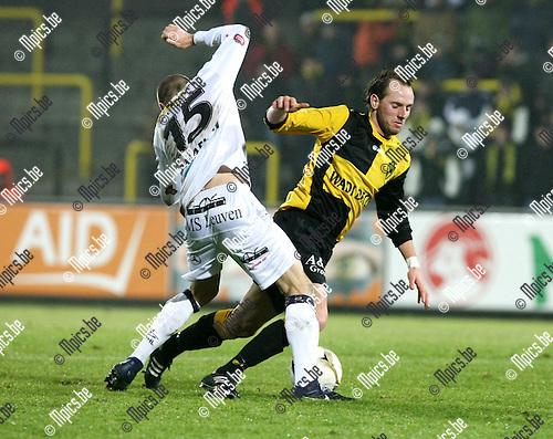 2010-01-16 / Voetbal / seizoen 2009-2010 / Lierse SK - OH Leuven / Lander Vansteenbrugghe haalt Tim Matthys (Lierse) neer..Foto: mpics