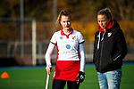 TILBURG  - hockey-   assistent-coach Maartje Paumen (MOP) met Lotte van Dongen (MOP) voor  de wedstrijd Were Di-MOP (1-1) in de promotieklasse hockey dames. COPYRIGHT KOEN SUYK