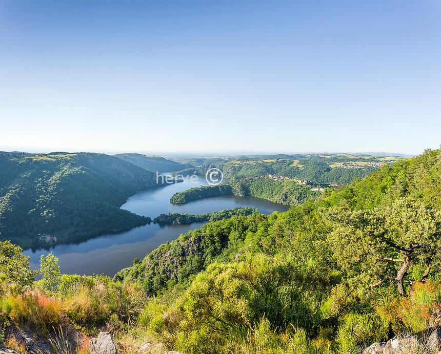 France, Loire (42), Saint-Étienne, Saint-Victor-sur-Loire, vue sur le village et le lac de Grangent, lac de retenue sur la Loire