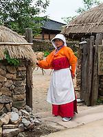 Bäurinnen in traditioneller Kleidung im Folk-village Naganneupsong-ehemalige Festung, Provinz Jeollanam-do, Südkorea, Asien<br /> farmer in Folk-village Naganneupsong- a former fortress, province Jeollanam-do, South Korea, Asia