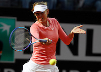 La russa Maria Sharapova in azione contro la bielorussa Viktoria Azarenka durante gli Internazionali d'Italia di tennis a Roma, 15 maggio 2015. <br /> Russia's Maria Sharapova in action against Belarus' Viktoria Azarenka during the Italian Open tennis tournament in Rome, 15 May 2015.<br /> UPDATE IMAGES PRESS/Riccardo De Luca