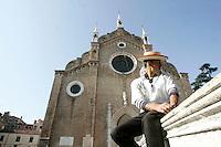 Un gondoliere di fronte alla Basilica di Santa Maria Gloriosa dei Frari a Venezia.<br /> A gondolier in front of the Basilica di Santa Maria Gloriosa dei Frari in Venice.<br /> UPDATE IMAGES PRESS/Riccardo De Luca