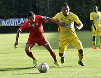 BOGOTA - COLOMBIA – 06-12-2015: Camilo Blanco (Izq.) jugador de Fortaleza FC, disputa el balón con Cesar Amaya (Der.) jugador de Atletico Bucaramanga, durante partido de ida de la final del Torneo Aguila II entre Fortaleza FC y Atletico Bucaramanga, jugado en el estadio Metropolitano de Techo de la ciudad de Bogota. / Camilo Blanco (L) player of Fortaleza FC, figths for the ball with Cesar Amaya