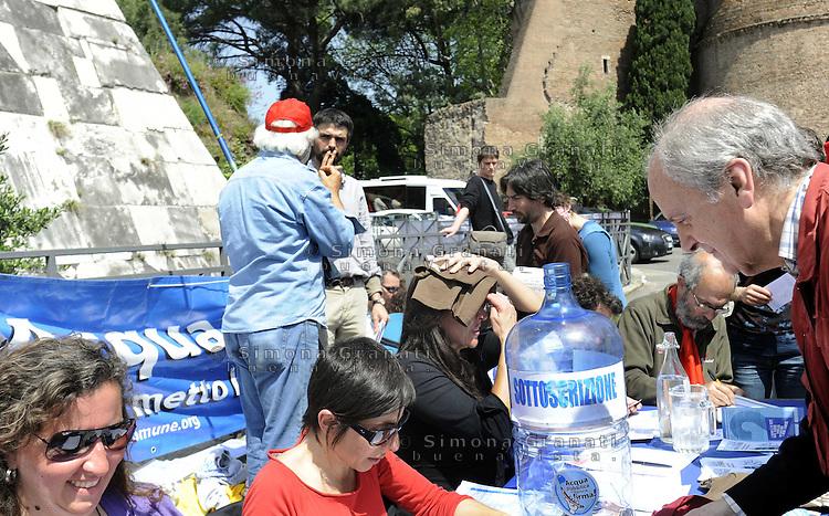 Roma 25 Aprile 2010.Porta San Paolo.Raccolta firme per il referendum sull'acqua pubblica