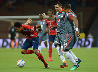 MEDELLÍN - COLOMBIA, 03-05-2018: Yairo Moreno (Izq) jugador del Medellín disputa el balón con Alejandro Bernal (C) y Juan Camilo Angulo (Der) de America de Cali durante el partido entre Deportivo Independiente Medellín y America de Cali por la fecha 14 de la Liga Águila I 2018 jugado en el estadio Atanasio Girardot de la ciudad de Medellín. / Yairo Moreno (L) player of Medellin vies for the ball with Alejandro Bernal (C) and Juan Camilo Angulo (R) player of America de Cali during match between Deportivo Independiente Medellin and America de Cali for the date 14 of the Aguila League I 2018 played at Atanasio Girardot stadium in Medellin city. Photo: VizzorImage / León Monsalve / Cont