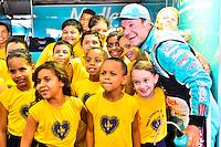 GOIÂNIA,GO.05.11.2016 - STOCK CAR-GO - Rubens Barrichello piloto da Stock Car comemora poleposition com crianças da LBV  para etapa Goiânia no autódromo internacional Ayrton Senna, na cidade de Goiânia neste sábado (05) (Foto: Marcos Souza/Brazil Photo Press)