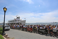 NOVA YORK, EUA, 13.08.2015 - TURISMO-NEW YORK - Movimentação de turistas em embarcação que leva até a Estatua de Liberdade no Battery Park em Manhattan em Nova York nos Estados Unidos nesta quinta-feira, 13. (Foto: William Volcov/Brazil Photo Press)