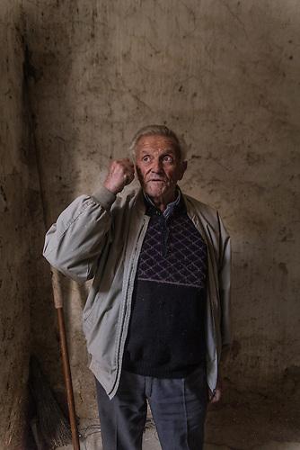 Ronald Kuquqi pensionierter Elektriker, Stegopull, Lunxhëria Region, Gjirokastra, 2013, Strom wird  in Albanien hauptsächlich aus Wasserkraft gewonnen. Zu kommunistischen Zeiten wurde das Land elektrifiziert. Die Infrastruktur kann aber mit dem hohen Verbrauch heutzutage nicht mithalten