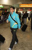 LONDRES, INGLATERRA, 17 JULHO 2012 - DESEMBARQUE SELECAO BRASILEIRA OLIMPICA EM LONDRES - Oscar da selecao masculina olimpica de futebol desembarca no Aeroporto de Heathrow em Londres na Inglaterra, nesta terca-feira, 17. (FOTO: GUILHERME ALMEIDA / BRAZIL PHOTO PRESS).