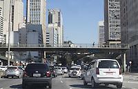 S&Atilde;O PAULO, SP - 13.08.2015 - CLIMA SP - Pedestres e motoristas enfrentam o fim de tarde seco nesta quinta-feira (13) no centro de S&atilde;o Paulo. Ha mais de sete dias sem chuva na capital elevam a temperatura e deixa a polui&ccedil;&atilde;o aparecente no horizonte.<br /> <br /> (Foto: Fabricio Bomjardim / Brazil Photo Press)