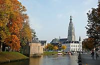 Nederland Breda  2015 . Stadsbeeld Breda. Links het Spanjaardsgat, rechts  de Grote of Onze-Lieve-Vrouwekerk  Foto Berlinda van Dam / Hollandse Hoogte