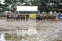 5. Matschfussball-Meisterschaft in Woellnau. Auf zwei gefluteten Aeckern wird alljaehrlich in Wöllnau (Woellnau) bei Eilenburg der Deutsche Matschfussball-Meister gesucht. Waehrend bei den Herren zehn Teams um die Schale kaempften, stritten bei den Damen vier Teams um die Ballnixe.  Ein feutfroehliches und dreckiges Spektakel, dass gut 1000 Besucher in die Duebener Heide gelockt hat. Am Ende durften bei den Herren das City Bootcamp jubeln. Sie verteidigten den Pott, bezwangen im Finale Battaune mit 3:2. Bei den Damen siegten die Volleyballerinnen aus Priestäblich (Priestaeblich).  im Bild:   Siebenmeterschiessen im Spiel um Platz drei zwischen den Wild Chicks und dem Citybootcamp.  Foto: Alexander Bley