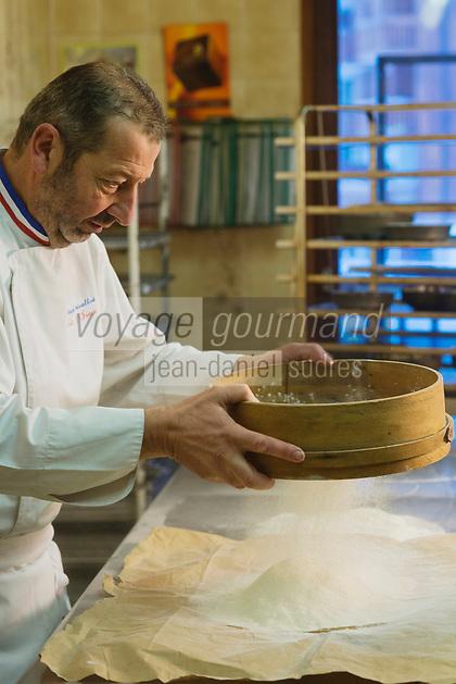 Europe/France/73/Savoie/Val d'Isère:  Patrick Chevallot, MOF pâtissier prépare son Biscuit  de Savoie _ Tamisage de la Farine