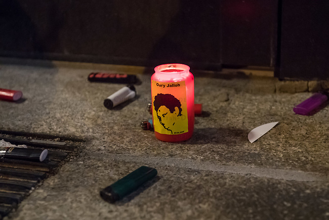 Demonstration am Sonntag den 7. Januar 2018 in Dessau anlaesslich des 13. Todestages des Sierra Leoners Oury Jalloh, der am 7. Januar 2005 unter bislang nicht geklaerten Umstaenden in einer Gewahrsamszelle in der Polizeiwache Wolfgangstrasse, bei lebendigem Leib verbrannte. Der damals wachhabende Dienstgruppenleiter wurde 2012 wegen fahrlaessiger Toetung verurteilt.<br /> Im November 2017 wurde bekannt, dass die Staatsanwaltschaft Dessau-Rosslau davon ausgeht, dass eine Selbstentzuendung durch den gefesselten Oury Jalloh unwahrscheinlich sei und stattdessen den Einsatz von Brandbeschleuniger und die Beteiligung Dritter fuer wahrscheinlich haelt. Der Staatsanwaltschaft wurde jedoch das Verfahren entzogen und an die Staatsanwaltschaft Halle uebergeben die im Oktober 2017 das Verfahren einstellte.<br /> An der Demonstration beteiligten sich ca. 3.500 Menschen.<br /> Im Bild: Demonstranten haben eine Grabkerze mit dem Konterfei von Ouri Jalloh vor der Polizeiwache Wolfgangstrasse aufgestellt und daneben Feuerzeuge geworfen. Die Feuerzeuge sollen symbolisieren, dass es dem gefesselten Oury Jalloh nicht moeglich gewesen sein kann sich selber anzuzuenden.<br /> 7.1.2018, Dessau<br /> Copyright: Christian-Ditsch.de<br /> [Inhaltsveraendernde Manipulation des Fotos nur nach ausdruecklicher Genehmigung des Fotografen. Vereinbarungen ueber Abtretung von Persoenlichkeitsrechten/Model Release der abgebildeten Person/Personen liegen nicht vor. NO MODEL RELEASE! Nur fuer Redaktionelle Zwecke. Don't publish without copyright Christian-Ditsch.de, Veroeffentlichung nur mit Fotografennennung, sowie gegen Honorar, MwSt. und Beleg. Konto: I N G - D i B a, IBAN DE58500105175400192269, BIC INGDDEFFXXX, Kontakt: post@christian-ditsch.de<br /> Bei der Bearbeitung der Dateiinformationen darf die Urheberkennzeichnung in den EXIF- und  IPTC-Daten nicht entfernt werden, diese sind in digitalen Medien nach &sect;95c UrhG rechtlich geschuetzt. Der Urhebervermerk wird gemaess &sect;13 UrhG verlang