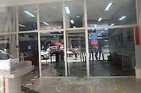 ATENCAO EDITOR: FOTO EMBARGADA PARA VEICULOS INTERNACIONAIS. SAO PAULO, SP, 07 DE DEZEMBRO DE 2012 - Tentativa de assalto ao banco Bradesco, na rua Riachuelo, centro da capital, no inicio da tarde desta sexta feira, 07. Os bandidos trocaram tiros com policiais, houve feridos. Com o travamento da porta automatica os bandidos tentaram sair pelos vidros de cima da entrada da agencia que estao marcados com sangue. Ainda nao ha informacao sobre a prisao dos bandidos.  FOTO: ALEXANDRE MOREIRA - BRAZIL PHOTO PRESS.
