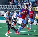 AMSTELVEEN - Justin Reid-Ross (Adam) met Bas Appels (SCHC)   tijdens  de hoofdklasse competitiewedstrijd hockey heren,  Amsterdam-SCHC (3-1).  COPYRIGHT KOEN SUYK