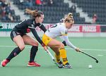 AMSTELVEEN - Lieke Hulsen (DenBosch) met Sabine Plonissen (Adam)    tijdens de hoofdklasse hockeywedstrijd dames,  Amsterdam-Den Bosch (1-1).   COPYRIGHT KOEN SUYK