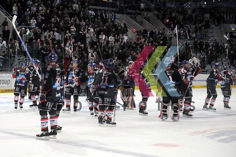 Mannheim 05.01.2010, Deutsche Eishockey Liga, Adler Mannheim - ERC Ingolstadt, die Adler bedanken sich nach dem Spiel bei den Fans<br /> <br /> Foto &copy; Rhein-Neckar-Picture *** Foto ist honorarpflichtig! *** Auf Anfrage in h&ouml;herer Qualit&auml;t/Aufl&ouml;sung. Belegexemplar erbeten. Ver&ouml;ffentlichung ausschliesslich f&uuml;r journalistisch-publizistische Zwecke.