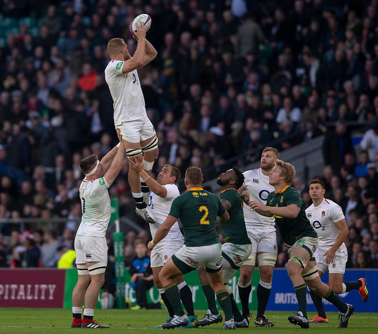 England's Brad Shields claims the lineout<br /> <br /> Photographer Bob Bradford/CameraSport<br /> <br /> Quilter Internationals - England v South Africa - Saturday 3rd November 2018 - Twickenham Stadium - London<br /> <br /> World Copyright © 2018 CameraSport. All rights reserved. 43 Linden Ave. Countesthorpe. Leicester. England. LE8 5PG - Tel: +44 (0) 116 277 4147 - admin@camerasport.com - www.camerasport.com