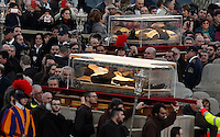 Le teche contenenti le spoglie di San Pio, in alto, e di San Leopoldo Mandic, vengono trasportate in Piazza San Pietro, Citta' del Vaticano, 5 febbraio 2016.<br /> The boxes containing the corpses of Saint Pio da Pietralcina, top, and Saint Leopoldo Mandic are carried in St. Peter's Square at the Vatican, 5 February 2016.<br /> UPDATE IMAGES PRESS/Riccardo De Luca<br /> <br /> STRICTLY ONLY FOR EDITORIAL USE